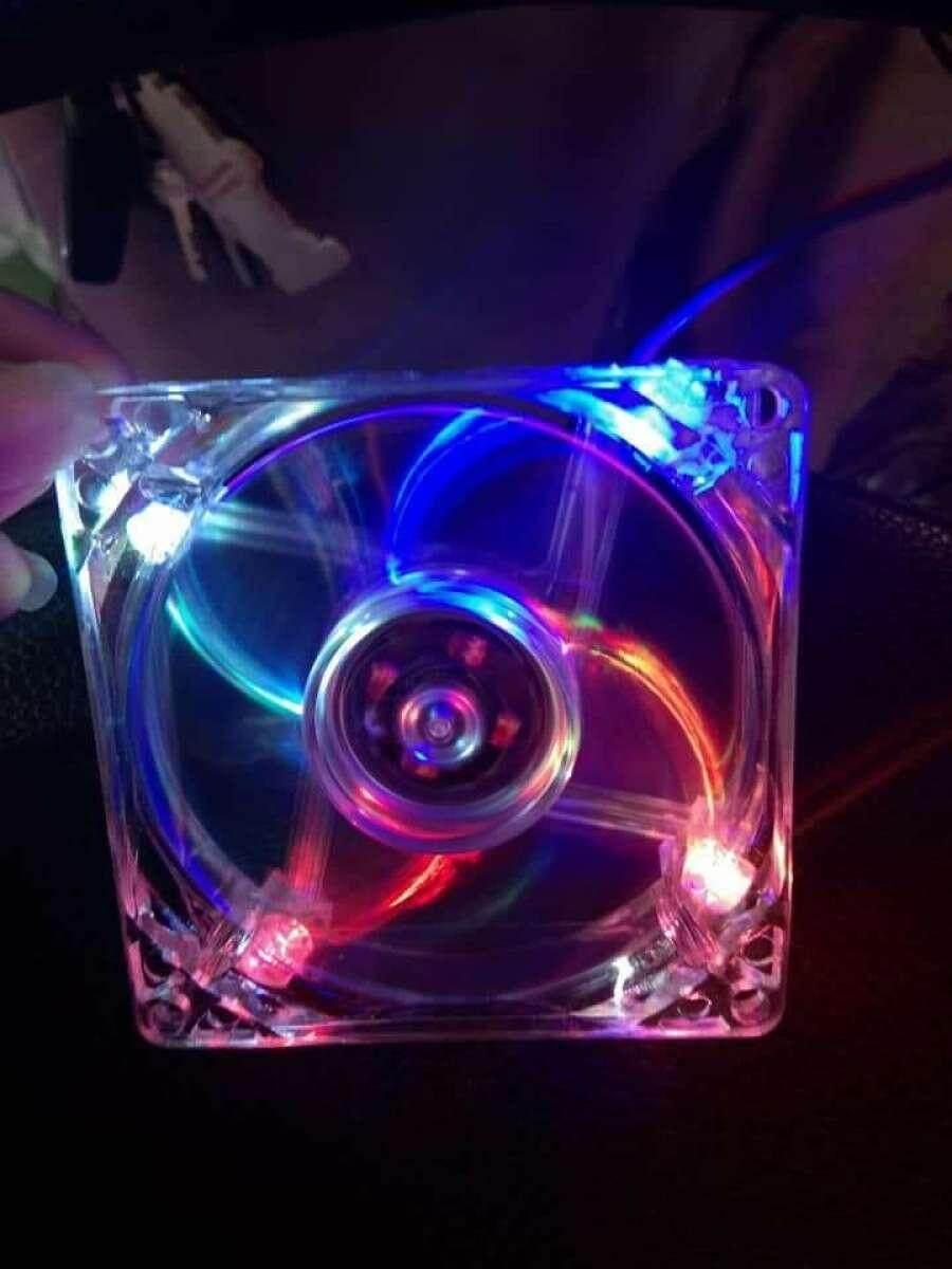 พัดลมเคส คอม 8 ซม. รุ่นใส ไฟ7สีกะพิบ (dc12v 0.18a) By Topshop19.