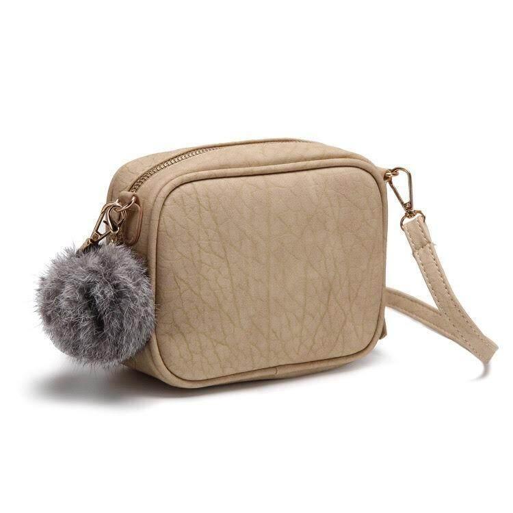 กระเป๋าเป้ นักเรียน ผู้หญิง วัยรุ่น อุทัยธานี กระเป๋าสะพาย PomPom กระเป๋าผู้หญิง แฟชั่นสไตล์ H&M พร้อมพวงกุญแจขนนิ่ม