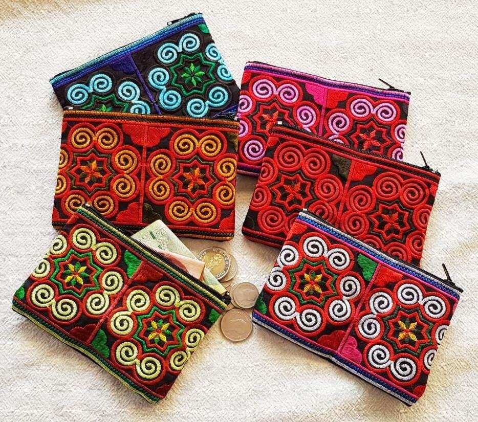 ุ6 ใบ กระเป๋าใส่เหรียญ กระเป๋าใบเล็ก ปักลายดอก สีสันสวยงาม งานแฮนด์เมด กระเป๋าสตางค์คละสีกระเป๋าใส่เครื่องสำอางค์ ใช้ได้ทุกโอกาส ของฝากของที่ระลึกจากเชียงใหม่ งานฝีมือ Handmade Bags.