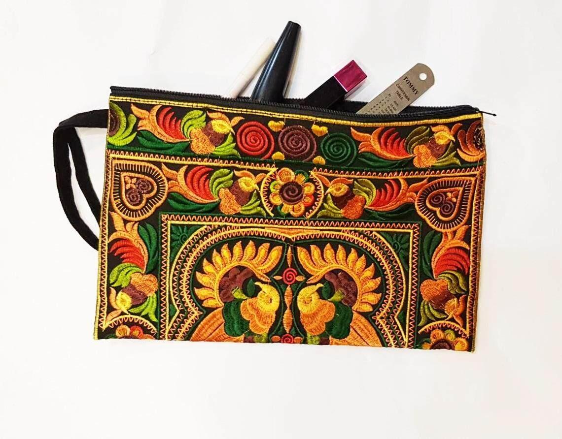 กระเป๋าถือ ผ้าปักม้ง ปักลายนก สีสันสวยงาม ใช้ได้ทุกโอกาส เหมาะกับการใช้ใส่ของ ใส่เครื่องสำอาง ของฝากของที่ระลึกจากเชียงใหม่ งานฝีมือ Handmade Bags.