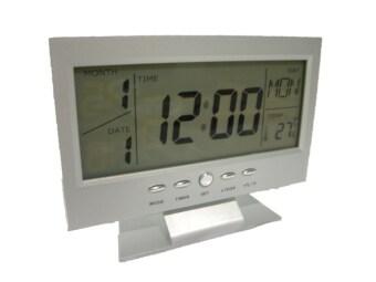 GooAB Shop นาฬิกาปลุก ตั้งโต๊ะ รูปทรงจอLCD - สีเงิน + ถ่านAAA 3 ก้อน