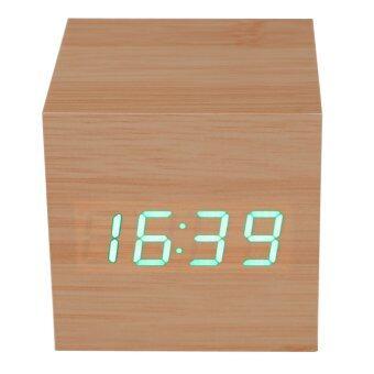 ไม้ฟืนแบบสมัยก่อนนาฬิกาปลุกบนโต๊ะสีเขียวเครื่องวัดอุณหภูมิ