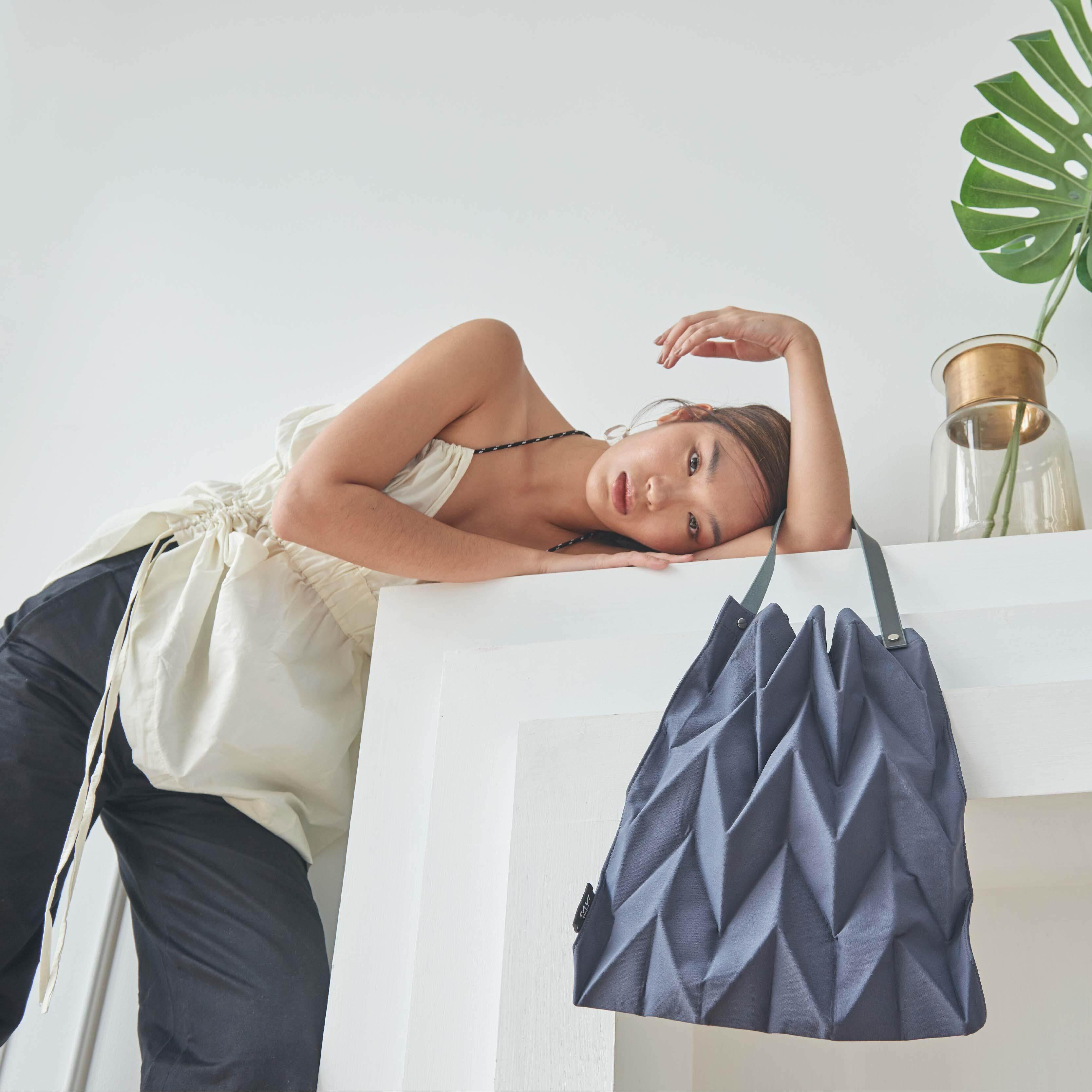 กระเป๋าสะพายพาดลำตัว นักเรียน ผู้หญิง วัยรุ่น สมุทรสงคราม Pavi Studio   W Pleat Navy กระเป๋าผ้าอัดพลีทลาย w สีเทาเข้ม   พร้อมส่งวันที่ 18 20 ธ ค