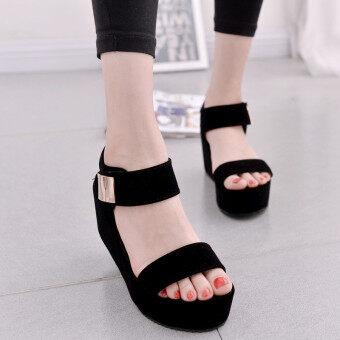 ผู้หญิงที่รัดเท้ามีรองเท้าแตะแบนเหล็กสายรองเท้าแพลตฟอร์ม หรือครีพเพอร์เป็นชิ้น