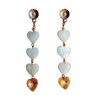 PENNY & THE RICCI ต่างหูแฮนเมดเปลือกหอยมุกสลักเป็นทรงหัวใจ ประดับจี้คริสตัลแท้ทรงหัวใจ