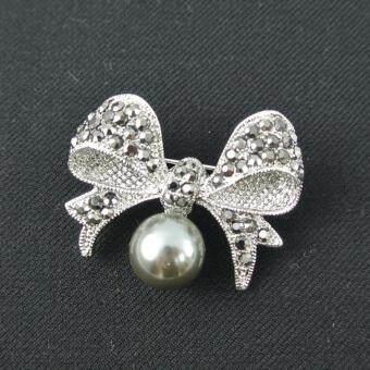 Pearl Jewelry เข็มกลัดติดเสื้อดำ โบว์มุกเทา คริสตัลสีแมกกาไซด์ Pin02