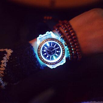 Vanker ผู้ชายสองคนรักผู้หญิงร้อน/สายเข็มขัดซิลิโคนเจาะเรืองแสงผลึกนาฬิกาข้อมือ (สีดำ)