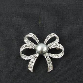 Pearl Jewelry เข็มกลัดโบว์มุกเทา แมกกาไซด์ Pin03