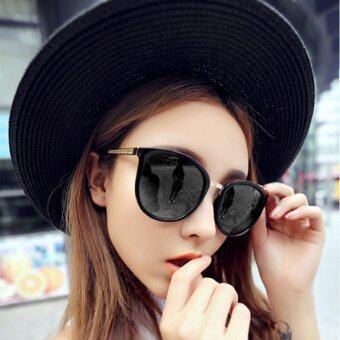 หญิงสาวสวมแว่น UV400 เรโทรวินเทจกรอบการป้องกันโลหะสีดำกรอบ